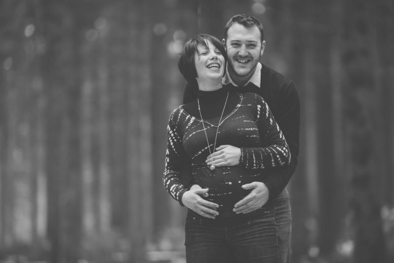 Portraits-grossesse-Ardennes-forêt-noir-et-blanc