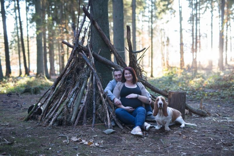Portraits-grossesse-Ardennes-nature-avec-chien